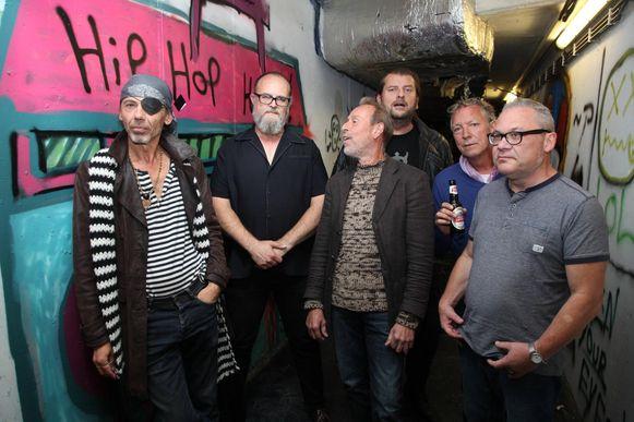 De zes bandleden van Ugly Papas met Dokter Dekerpel, Dick Descamps, Peppie Pepermans, Luc Dufourmont, Paul Drèze en Rik Debruyne.