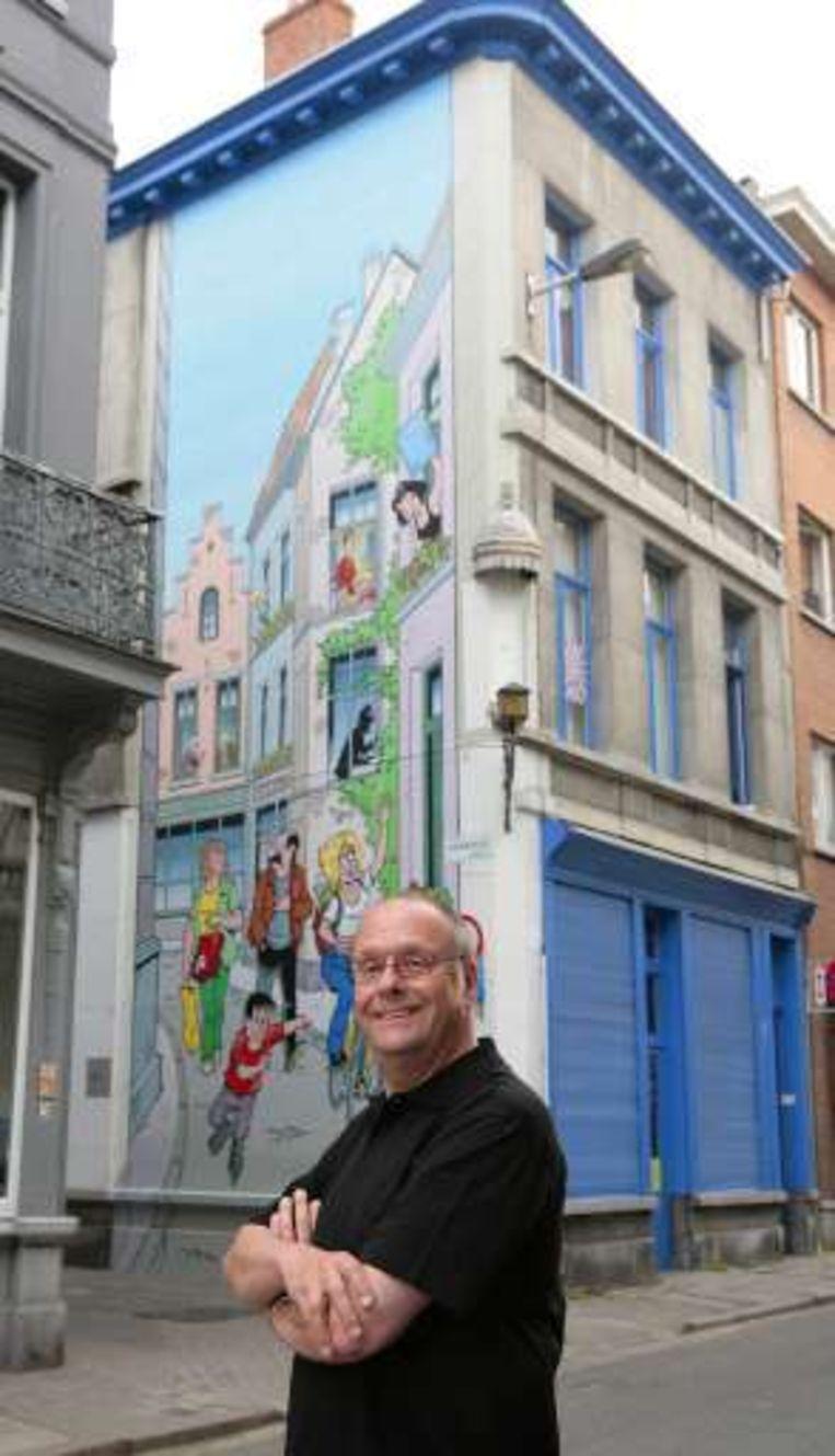 Striptekenaar Merho voor de grote stripmuur in de Paradijsstraat in Antwerpen. Beeld UNKNOWN