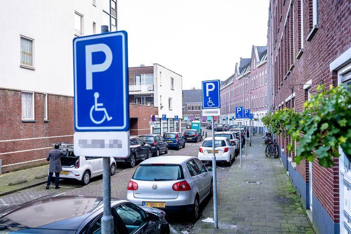 De Buitenhofstraat in Rotterdam-West telt veel invalidenparkeerplaatsen.