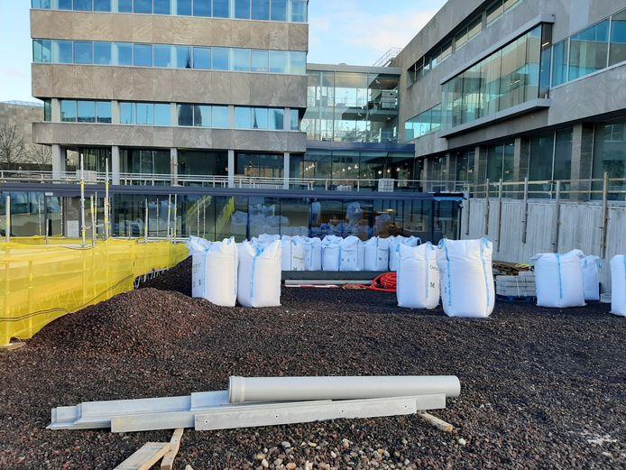 De ingang van het Inwonersplein in de kelder van het Stadhuis van Eindhoven is tot eind april alleen over een tijdelijke loopbrug bereikbaar. Ook de tuin die daar komt, is nog niet af.