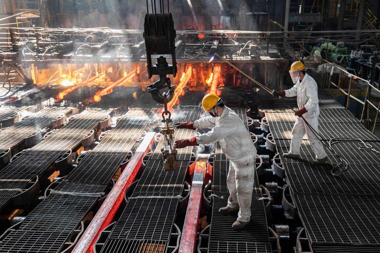 Staalproductie in het Chinese Lianyungang. De koolstofgrensheffing zou onder andere voor staal van buiten de EU moeten gaan gelden. Beeld AFP
