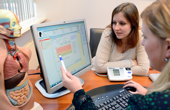 Een arts raadpleegt een patiëntendossier.