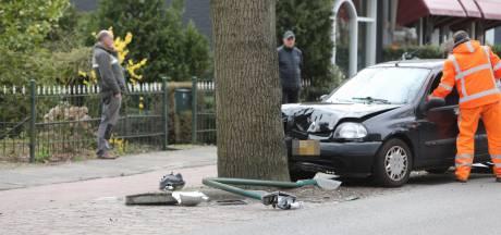 Automobiliste rijdt lantaarnpaal doormidden maar komt met de schrik vrij