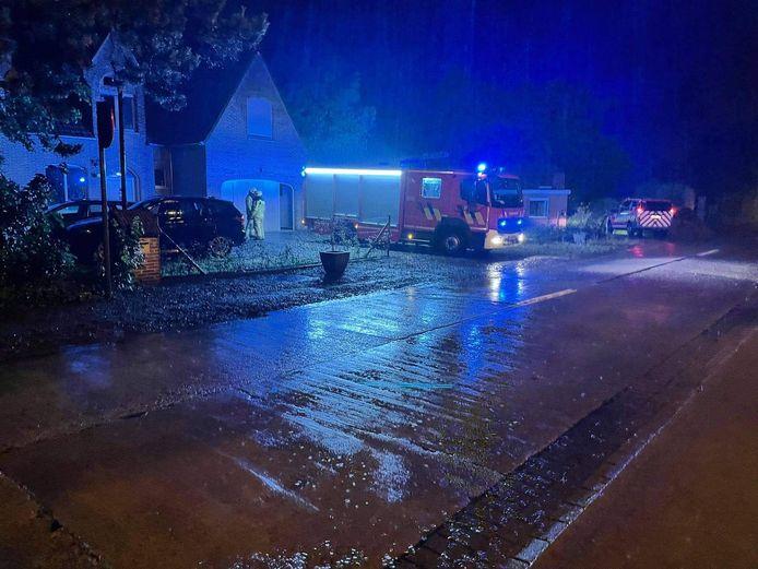 De bliksem sloeg in op een zendmast van een woning in de Ichtegemstraat in Kortemark. Gelukkig bleef brand uit. Het ging gepaard met een gigantische donderslag.