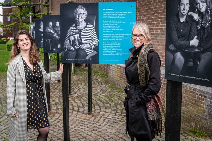 Fotografe Maaike van Esch (rechts) samen met tekstschrijver Aimée Dabekaussen op het kerkplein voor de zestien portretten van Erpenaren over hun ervaringen met corona, die zij samen maakten.