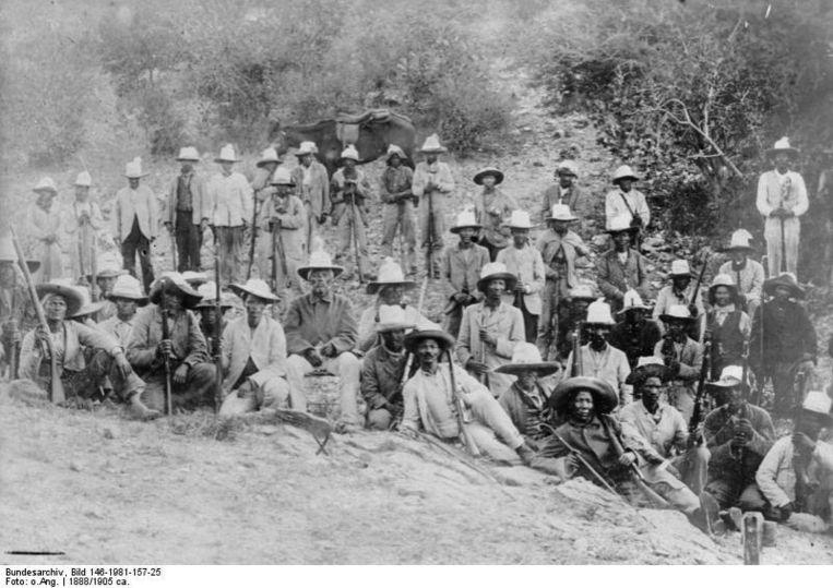 Hendrik Witbooi (op stoeltje) met een groep van zijn strijders. Beeld nb