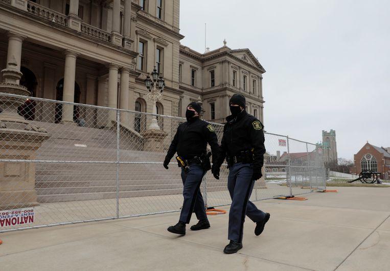 De staatspolitie patrouilleert zaterdag bij het Capitoolgebouw van Michigan in de hoofdstad Lansing, voorafgaand aan de verwachte protesten op zondag. Beeld REUTERS