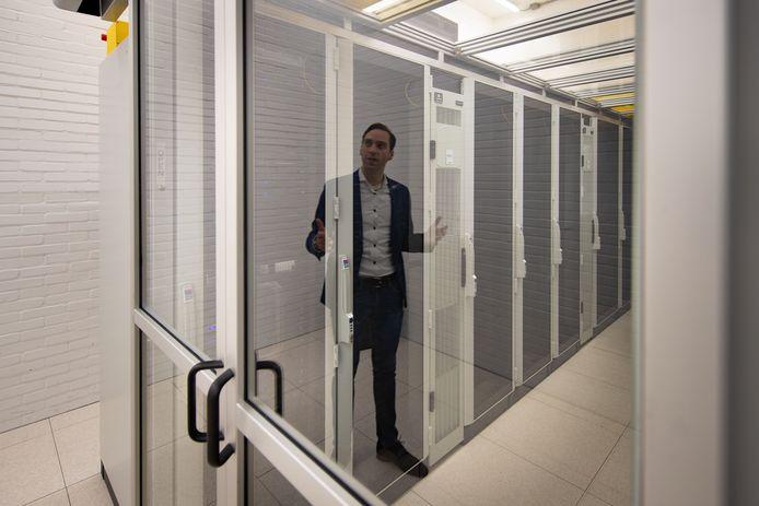 Maarten Kippers van Alticom in het nieuwe datacentrum in de toren.