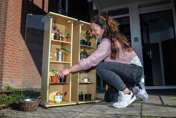 Madieke Gebruers bij de plantenbieb voor haar woning.
