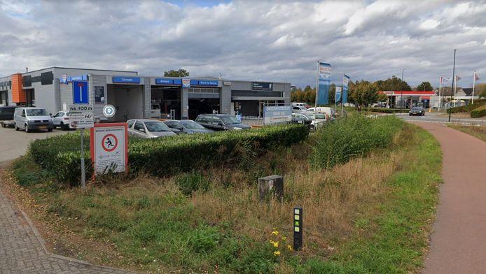 Autobedrijf Donkers maakt deel uit van bedrijventerrein De Sonman, maar heeft ook een uitweg op de Schoolstraat in Moergestel