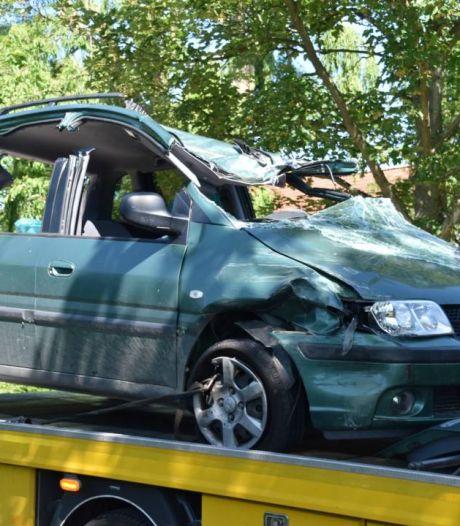 Man raakt ernstig gewond als zijn auto op zijkant terechtkomt in Hoedekenskerke