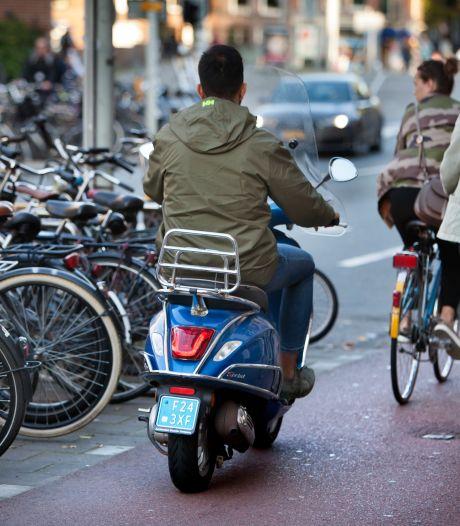 Snorfietsers in Amsterdam moeten vanaf vandaag helm op én op de rijbaan