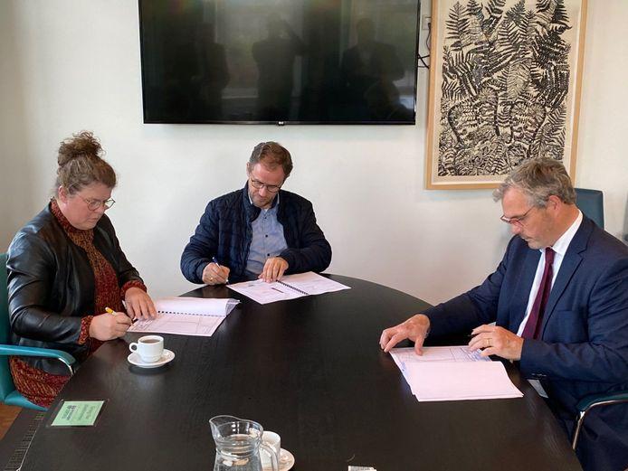 Henk en Marianne Hendriks ondertekenen de koopovereenkomst voor een kavel op het ABC met burgemeester Jan Kottelenberg