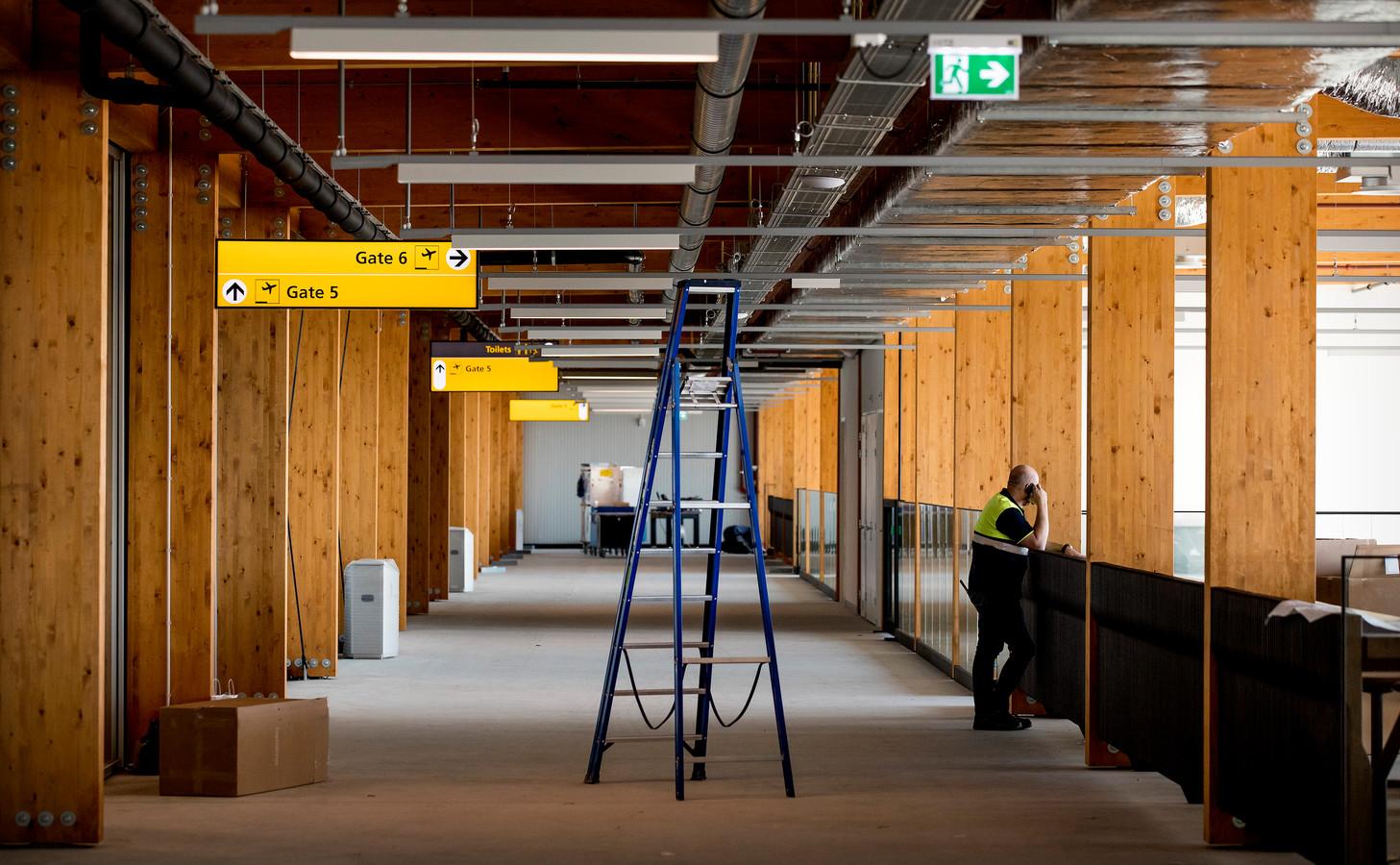 Het nieuwe luchthavengebouw van Lelystad Airport is inmiddels al maanden klaar. Onduidelijk blijft wanneer de vakantieluchthaven de deuren opent.