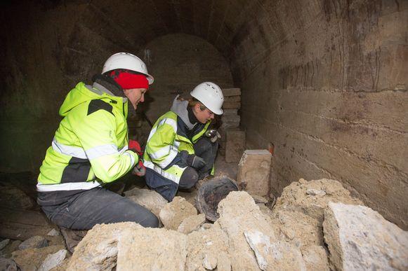 Archeologen aan het werk in de schuilkelder.