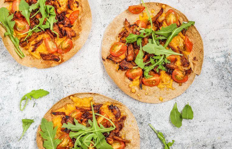 Wrap pizza met pulled chicken Beeld