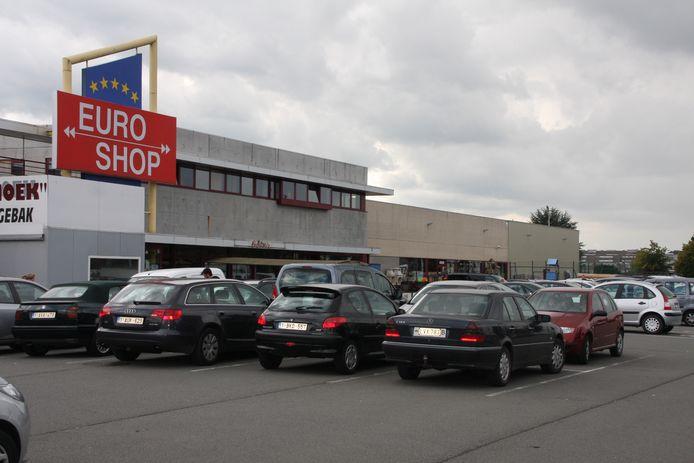 Onder meer een vestiging van Euroshop kreeg ongewenst bezoek van het koppel.
