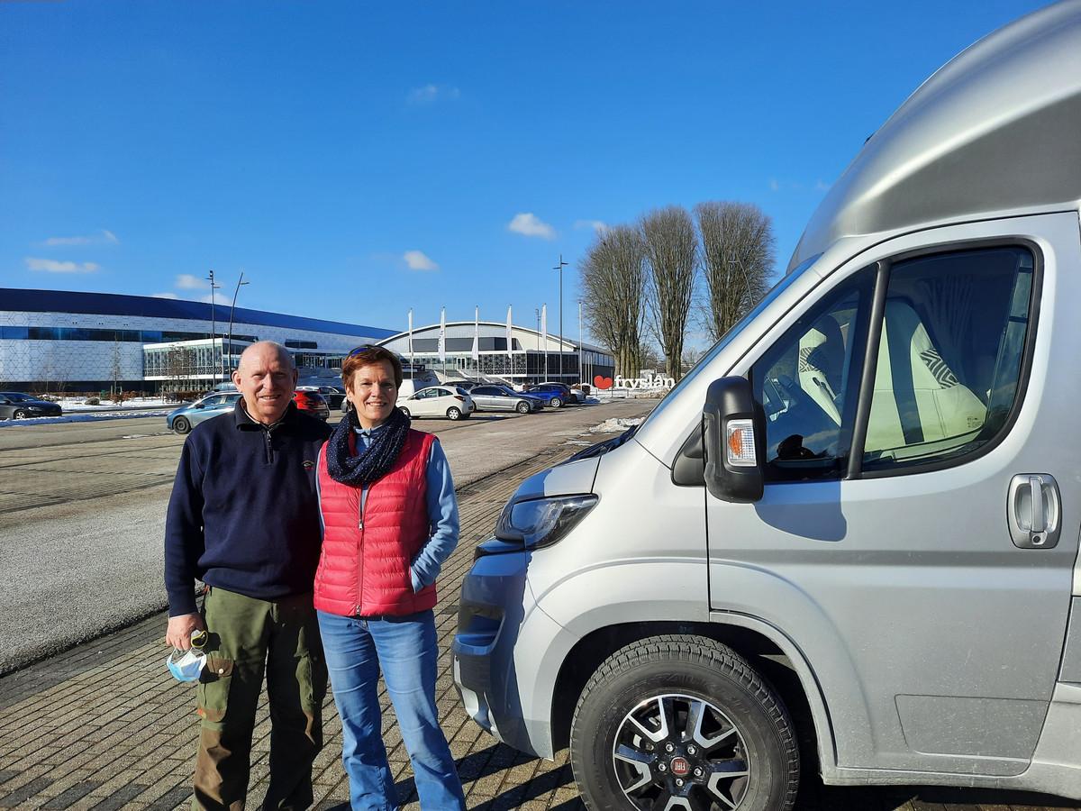Monique Frei, de moeder van Thomas Krol heeft met haar partner Henk Pruis de camper naast schaatstempel Thialf geplaatst. Zo zijn ze toch dichtbij Thomas Krol die dit jaar het WK afstanden rijdt.