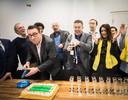 Fractievoorzitter Richard de Mos van de politieke partij Groep de Mos viert samen met zijn partijleden de verkiezingswinst van de gemeenteraadsverkiezingen.