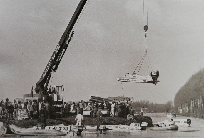 De speedboten worden met een grote kraan naar de Zegerplas gehesen.