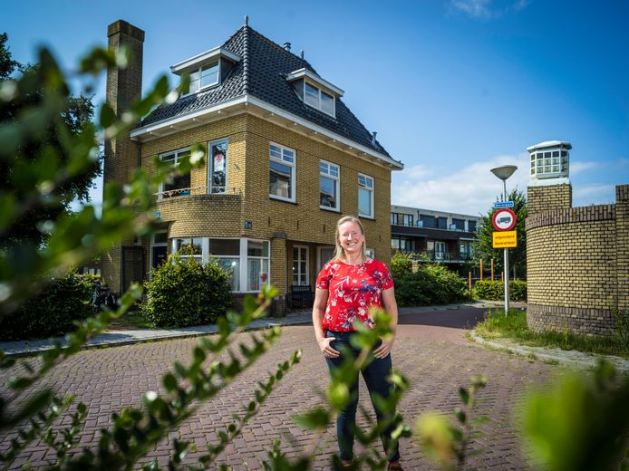 Dilys Derksen bij haar huis in Kampen, de portierswoning van de inmiddels verdwenen pannenfabriek BK.