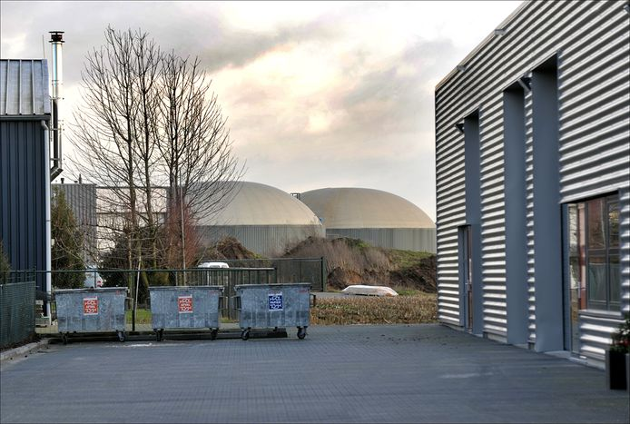 De mestsilo's van Cleanergy op industrieterrein Molenveld in Wanroij worden weggehaald door Wouters Odiliapeel die het bedrijf heeft overgenomen. Er komt een afvalhoutverwerkingskachel.
