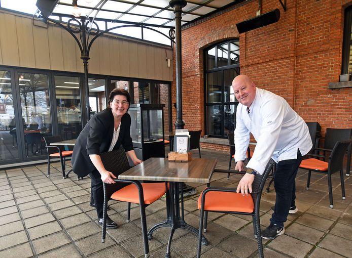 Marjan en Marc van Dongen van brasserie Oud Hulst zetten hun terras vast klaar.