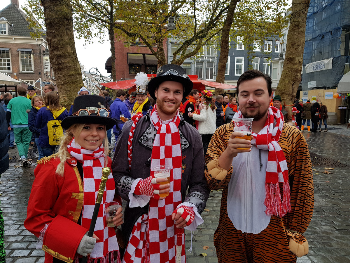 Het is nog even wennen maar ook voor deze feestvierders is carnaval nu echt begonnen.