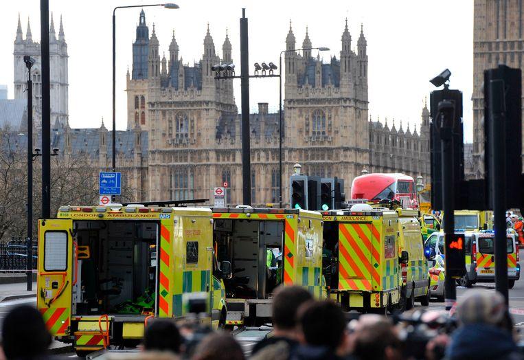 Ambulances wachten aan Westminster Bridge na die aanslag daar op 22 maart 2017. Beeld AFP