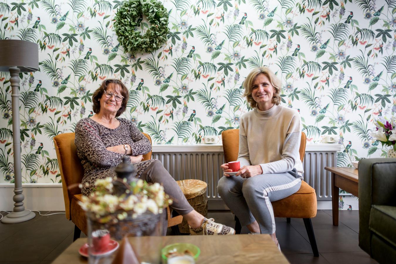 Marijanne Agteres (links) en Gerdien Koedijk hebben afgelopen week hun Inloop De Open Deur geopend.