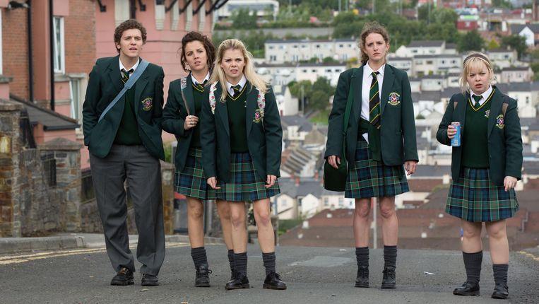 Van links naar rechts:  Dylan Llewellyn als James, Jamie-Lee O'Donnell als Michelle, Saoirse Jackson als Erin, Louise Harland als Orla en Nicola Coughlan als Clare. Beeld Netflix
