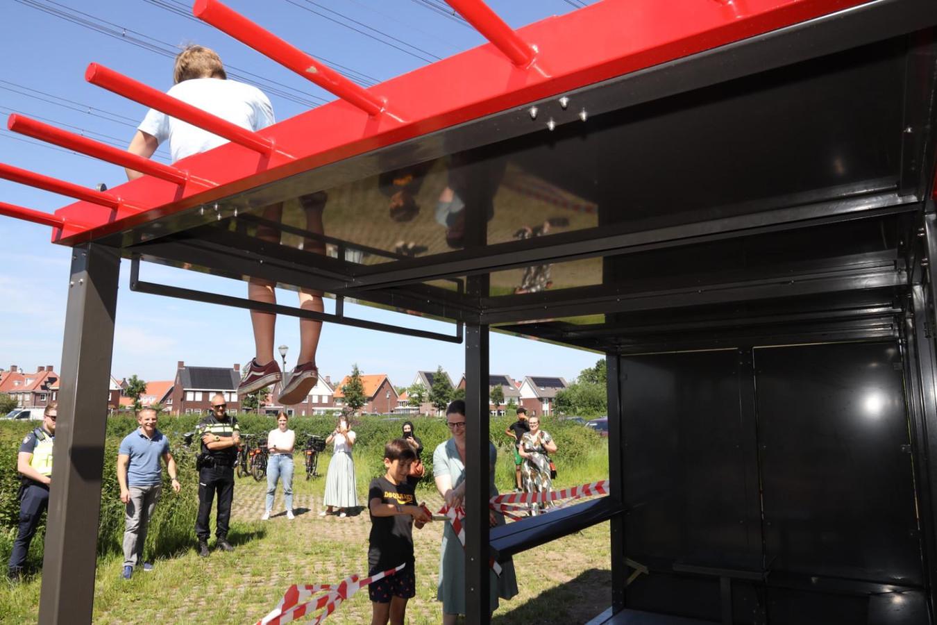 Een van de jongeren opent samen met wethouder Cathalijne Dortmans de mobiele hangplek bij het sportpark van Brandevoort.