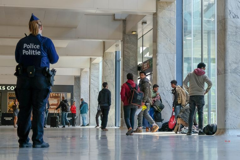 Problemen met transmigranten in Brussel Noord: de politie vraagt de transmigranten om naar buiten te gaan. Beeld Marc Baert