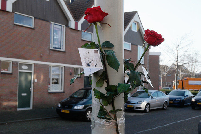 Bloemen aan een lantaarnpaal bij de Branding, de dag nadat de schietpartij plaatsvond.