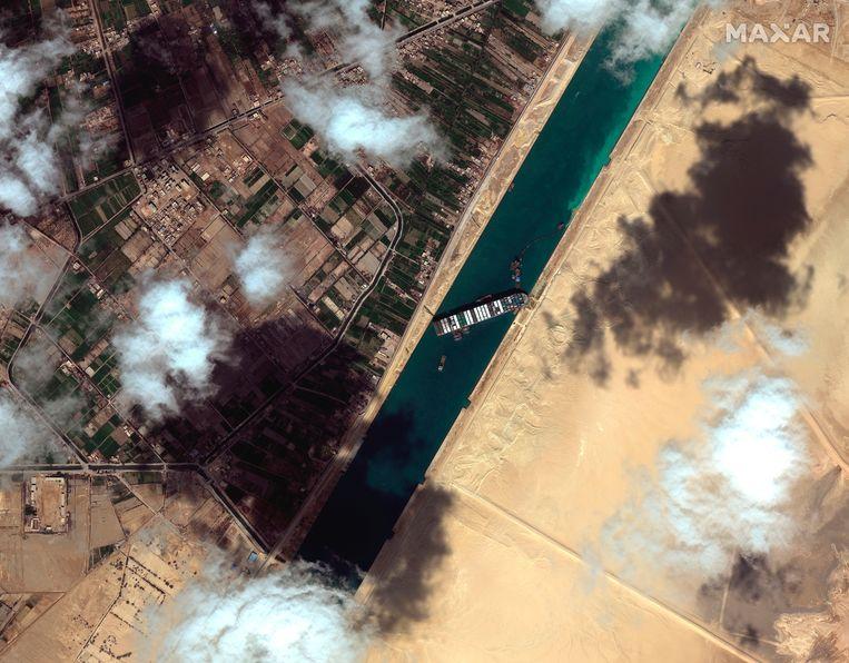 De Ever Given lag eind maart bijna een week vast in het Suezkanaal. Beeld AP