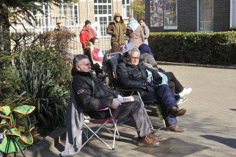 Opa Charly Van Campenhout (links) lost de andere opa af en wacht geduldig tot zijn zoon hem komt aflossen.