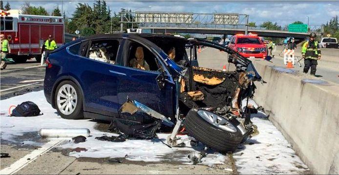 Bij het dodelijke ongeval met deze Tesla was vermoedelijk het Autopilot-systeem ingeschakeld.