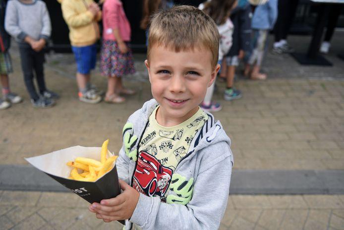 Deze leerling van De Regenboog in Kortenberg gaat smullen van de puntzak friet die hij kreeg op zijn laatste schooldag.