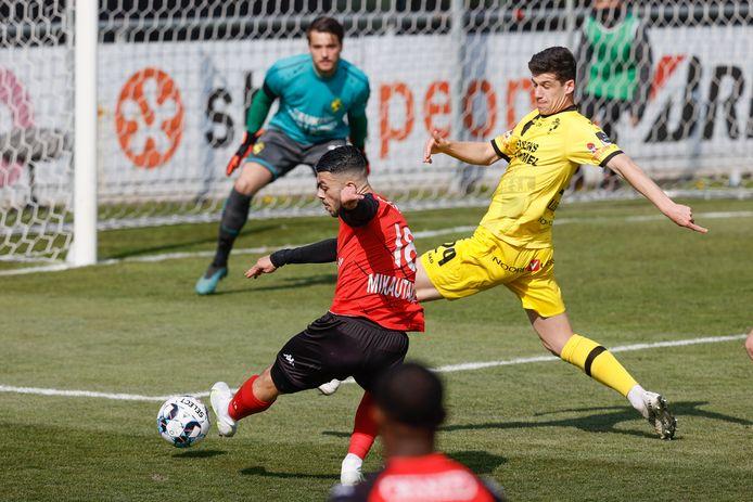 Georges Mikautadze van Seraing drukt af voor de neus van Lierses Jordy Gillekens. Op de achtergrond let doelman Jarno De Smet goed op.