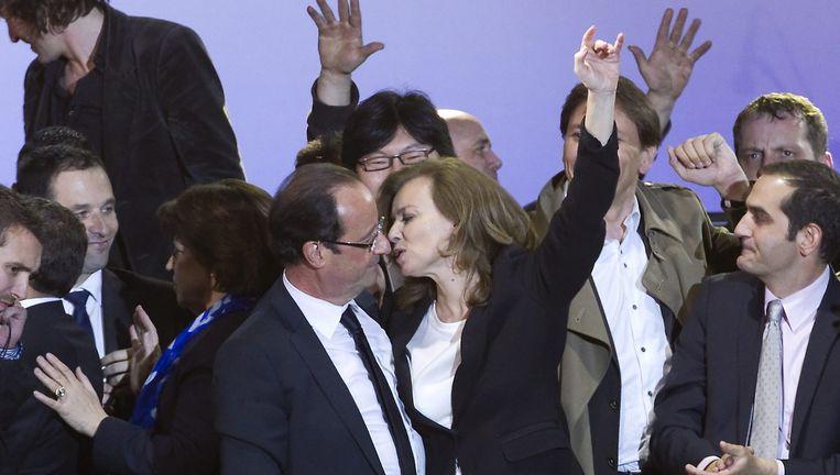 Francois Hollande en Valerie Trierweiler bij het bekendmaken van de verkiezingsuitslag in 2012. Op 25 januari 2014 maakte het koppel bekend dat ze uit elkaar gingen. Beeld ap