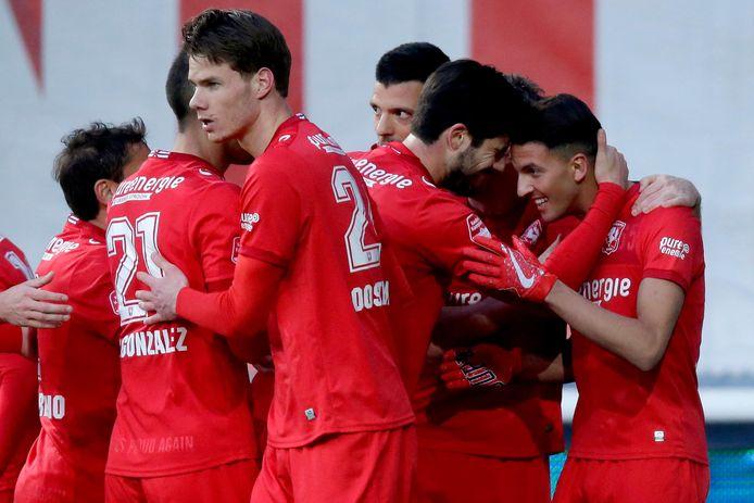 De spelers van FC Twente vieren de 1-0 tegen Telstar.