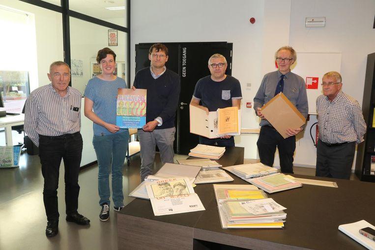 Stef Decrock (derde van links) geeft zijn archief aan het archief van Ieper.