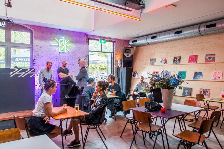 Bij pop-upcafé Radio Radio in Westerpark kun je hangen, dansen, drinken en nieuwe dj's ontdekken. Beeld Jesper Boot