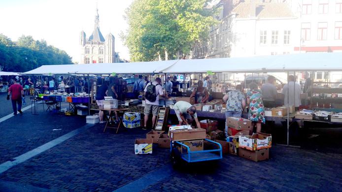 Handelaren stallen hun waar uit in het centrum van Deventer.