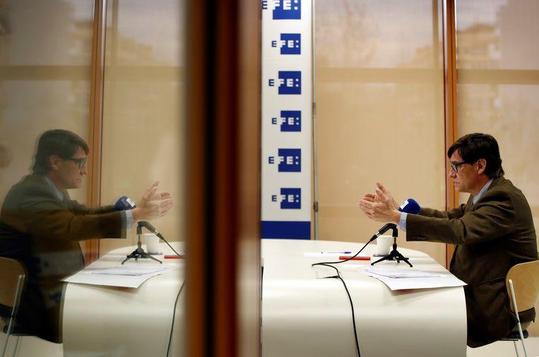 De vroegere minister van volksgezondheid Salvador Illa tijdens een online-persconferentie.  Beeld EPA