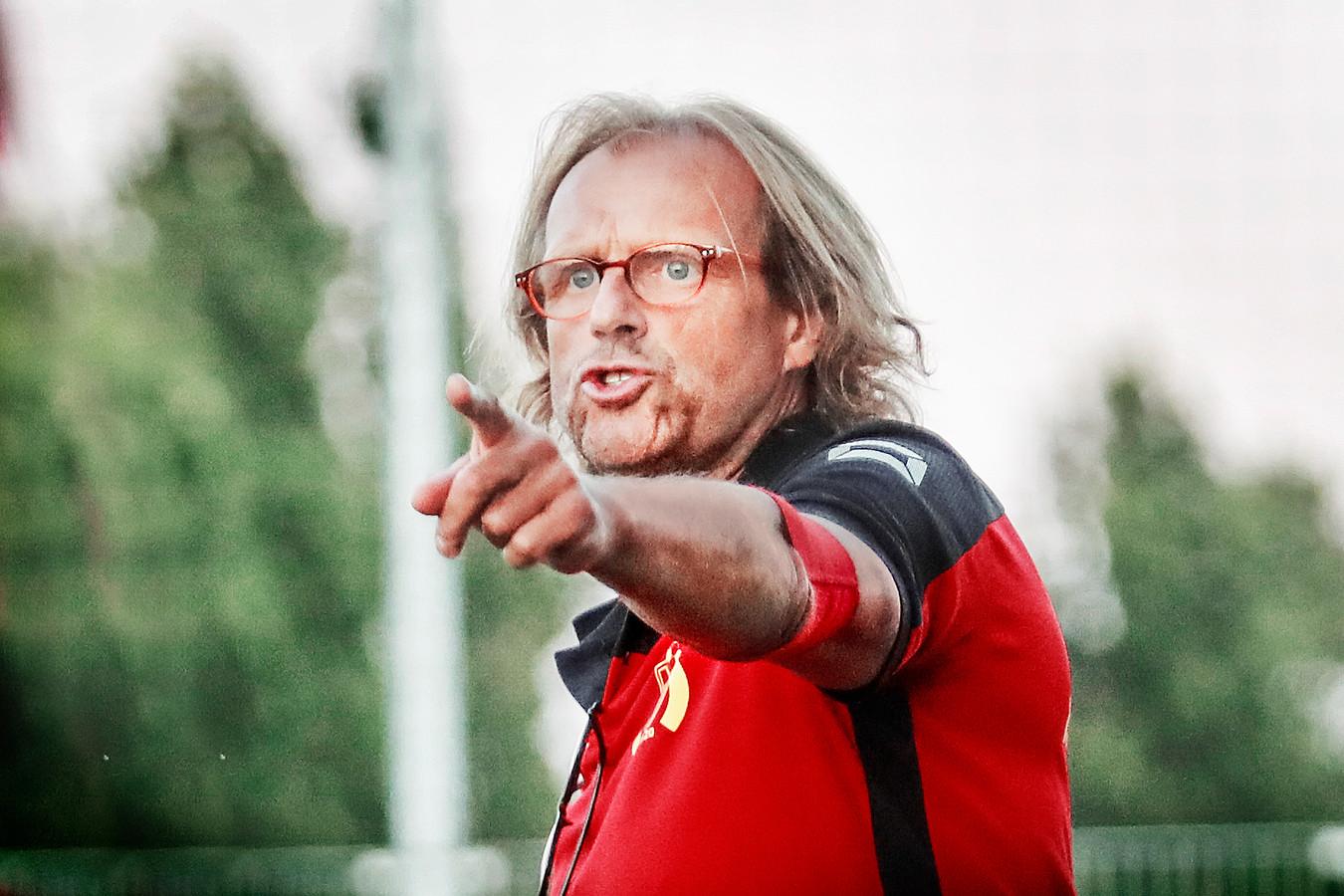 Philibert De Vlaeminck beseft dat zijn ploeg in de rol van titelfavoriet geduwd wordt.