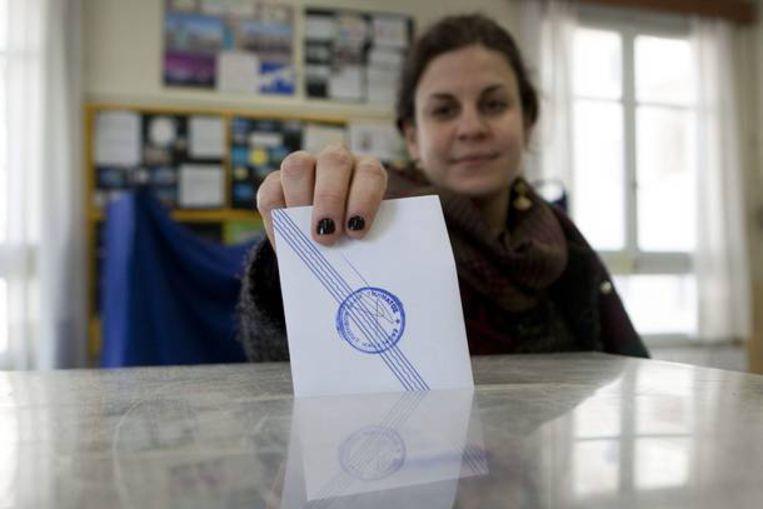 Een Griekse vrouw brengt haar stem uit. Beeld EPA