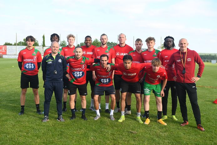 Ook fusieclub Voorde-Appelterre heeft de trainingsarbeid inmiddels hervat. Met Glenn Van Den Branden (uiterst rechts) heeft coach Bart De Durpel er komend seizoen een nieuwe assistent. De club wil nu nog een spits aantrekken.