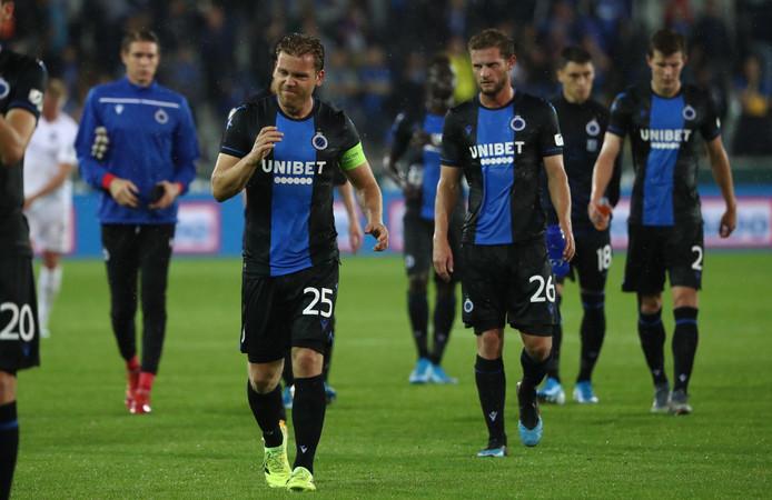 Les Blauw en Zwart, seuls à avoir réussi le 9 sur 9 lors des trois premières journées, gardent la tête du championnat mais peuvent se faire rattraper par Malines et Mouscron en cas de victoire de ces deux clubs respectivement contre le Cercle de Bruges et le Standard ce week-end.