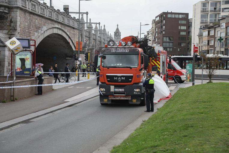 Het ongeval gebeurde op het kruispunt van de Simonsstraat en de Plantin Moretuslei.